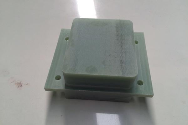 武汉FR-4加工件)阻燃环氧玻璃布层压板  特性:常温下机械强度高,干态、湿态下电气性能好,V0级阻燃,  厚度:0.3~100mm  标称尺寸:1020x 1220mm;1020 x 2040mm;1220 x 2470mm  名 称:FR-4  类 别:  绝缘板系列  颜 色:  绿色  性 能:  机械强度高,高温下电气性能稳  用 途 :  机械、电气、电子用  发电机、电动机、配电柜及其他电器设备中用作绝缘结构零部  厚 度:  8-35mm  规 格:  1220×2440、1600×3050、