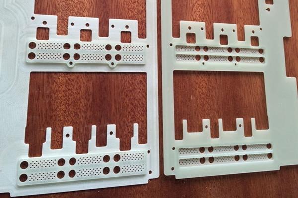 电路板)阻燃环氧玻璃布层压板  特性:常温下机械强度高,干态、湿态下电气性能好,V0级阻燃,  厚度:0.3~100mm  标称尺寸:1020x 1220mm;1020 x 2040mm;1220 x 2470mm  名 称:FR-4  类 别:  绝缘板系列  颜 色:  绿色  性 能:  机械强度高,高温下电气性能稳  用 途 :  机械、电气、电子用  发电机、电动机、配电柜及其他电器设备中用作绝缘结构零部  厚 度:  8-35mm  规 格:  1220×2440、1600×3050、1600