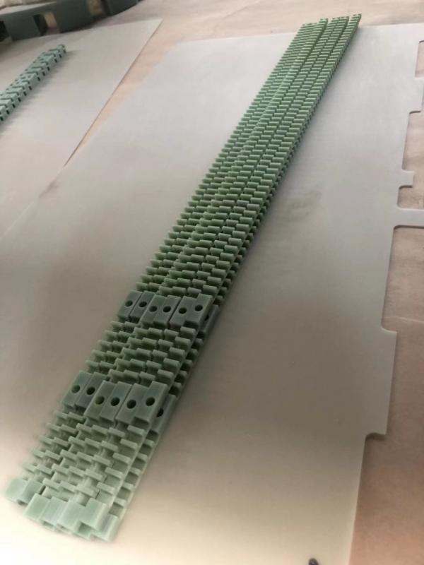 绝缘支撑条)阻燃环氧玻璃布层压板  特性:常温下机械强度高,干态、湿态下电气性能好,V0级阻燃,  厚度:0.3~100mm  标称尺寸:1020x 1220mm;1020 x 2040mm;1220 x 2470mm  名 称:FR-4  类 别:  绝缘板系列  颜 色:  绿色  性 能:  机械强度高,高温下电气性能稳  用 途 :  机械、电气、电子用  发电机、电动机、配电柜及其他电器设备中用作绝缘结构零部  厚 度:  8-35mm  规 格:  1220×2440、1600×3050、16